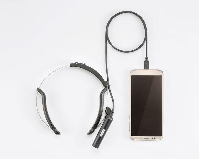 遠隔支援カメラ「リモートアシスト」のウェアラブルカメラと送信機(専用Android端末)